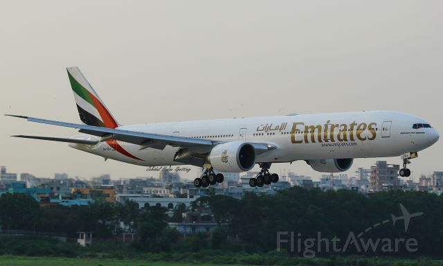 BOEING 777-300 (A6-EBJ)