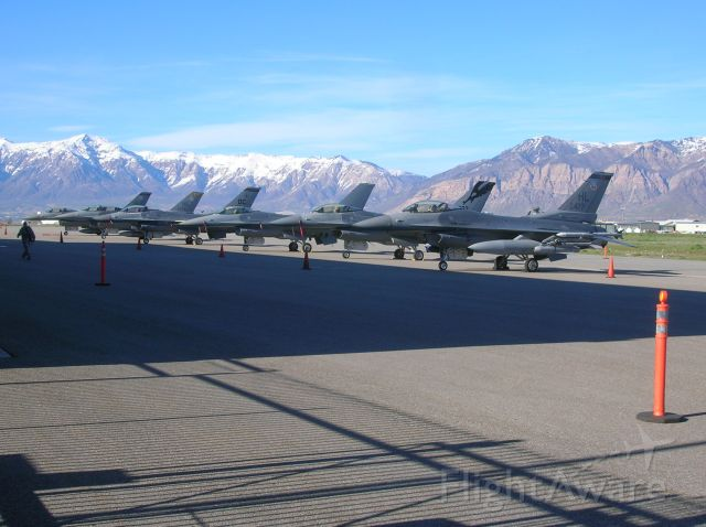 Lockheed F-16 Fighting Falcon (AWEF) - Some unexpected visitors at Ogden after an incident closed the runway at Hill AFB.