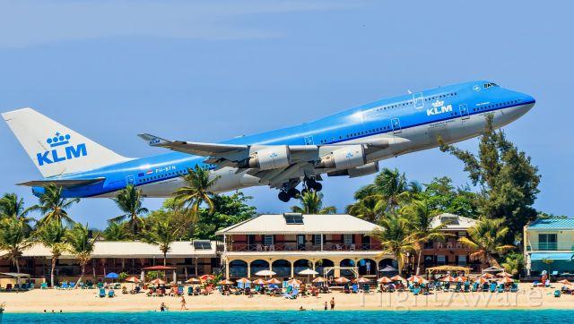 Boeing 747-400 (PH-BFN) - KLM Boeing 747-400 departing TNCM St Maarten for Curacao.