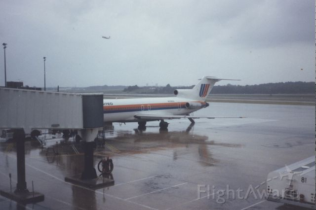 Boeing 727-100 — - United Boeing 727 loading on pier B at KBWI