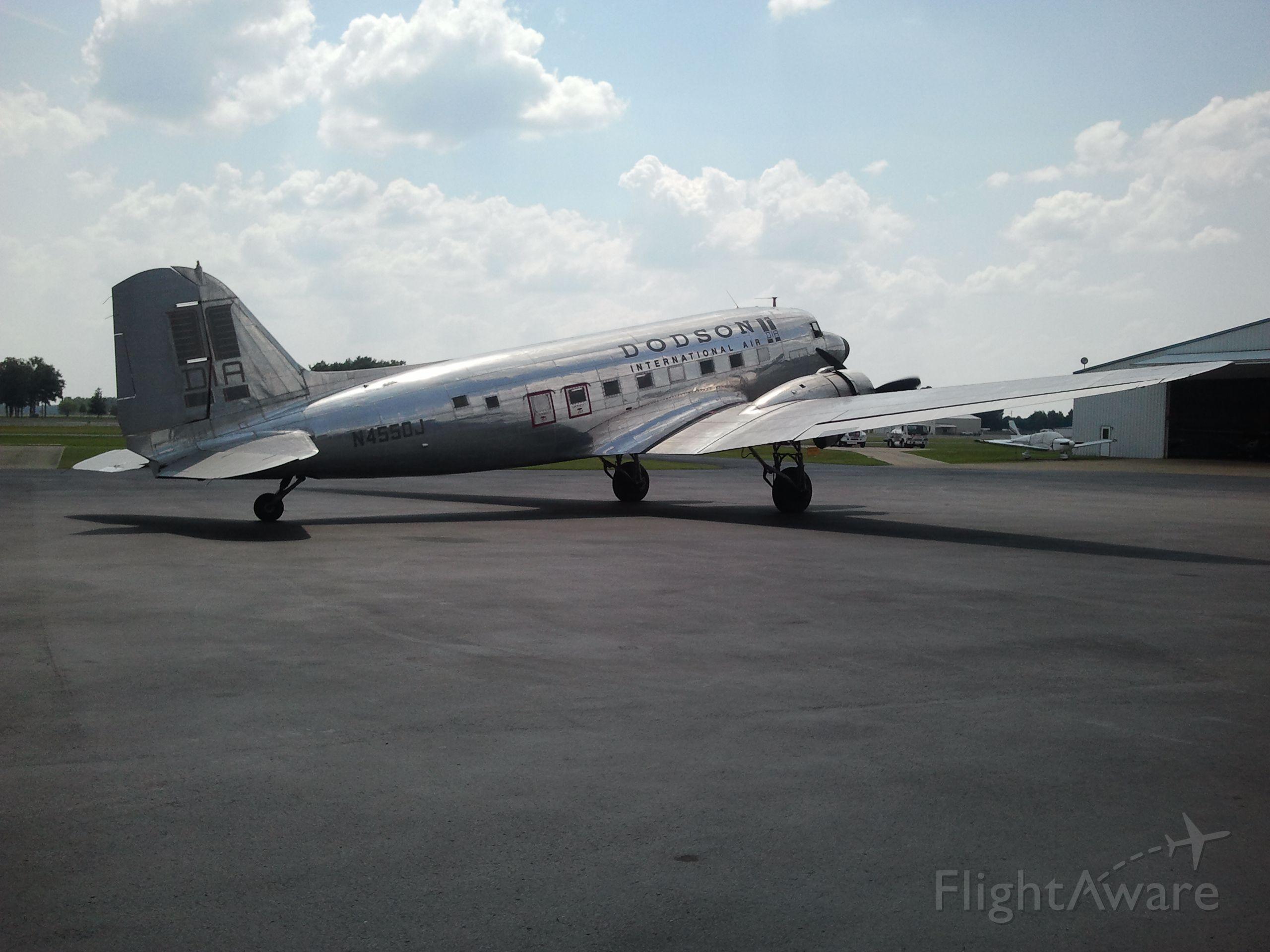 Douglas DC-3 (N4550J) - R