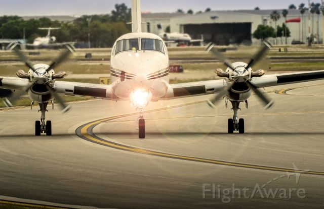 Beechcraft Super King Air 300 (N646DR) - A nice view of this King Air near a taxi way in Fort Lauderdale.