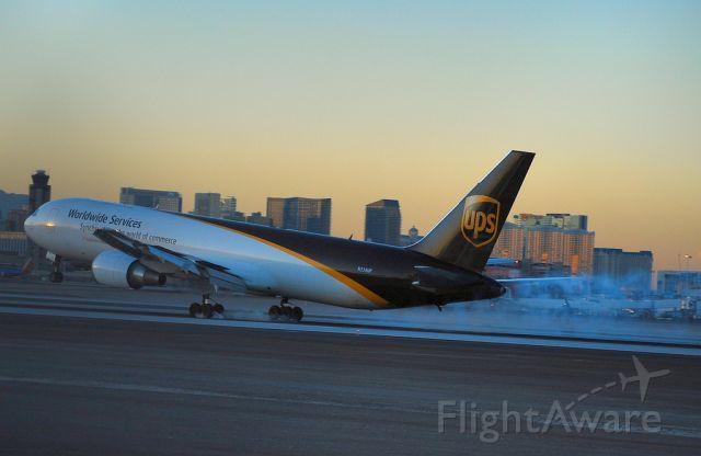 BOEING 767-300 (N334UP) - United Parcel Service - UPS Boeing 767-34AF/ER N334UP (cn 32844/858)  Las Vegas - McCarran International (LAS / KLAS) USA - Nevada, December 2, 2009 Photo: Tomás Del Coro