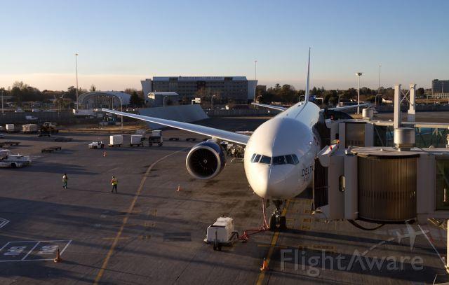 Boeing 777-200 —