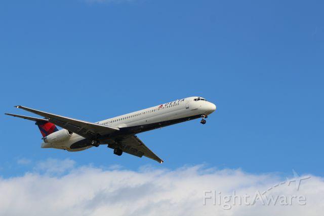 McDonnell Douglas MD-88 (N913DE)