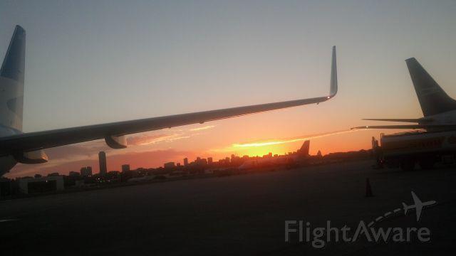 — — - Atardecer en el Aeroparque Jorge Newbery, Buenos Aires, Argentina