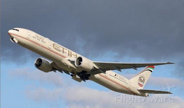 BOEING 777-300ER (A6-ETS) - Landing at London