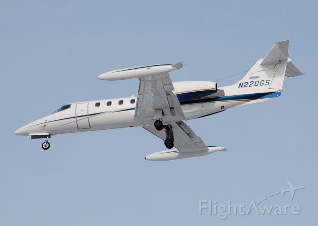 Learjet 35 (N220GS) - Short final for 33