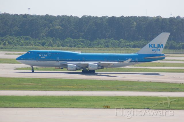 Boeing 747-400 (PH-BFD) - Starting the takeoff role on 15L at IAH.