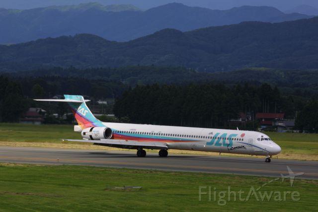 McDonnell Douglas MD-90 (JA8065)