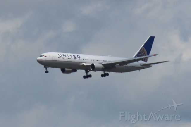 BOEING 767-300 (N659UA) - coming in from lhr on 28C in chicago