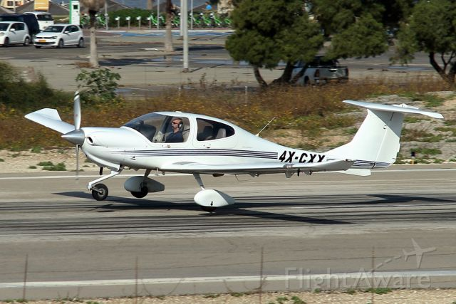 Diamond Star (4X-CXX) - 21/12/2018: Private Diamond-Star da-40 seconds before landing on runway 21.