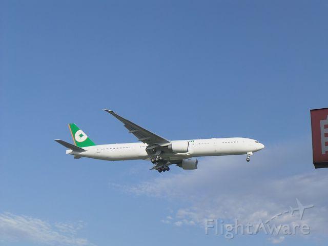 BOEING 777-300 (B-16722)