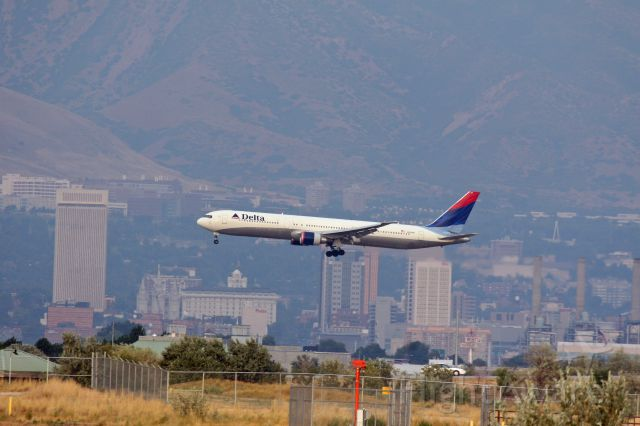 BOEING 767-400 (N835MH) - Delta Air Lines Widebody arrival from Hawaii