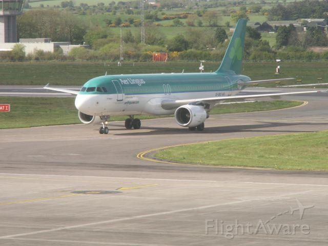 Airbus A320 (EI-DES) - Airport Cork, 30.04.2009. Gerade eben ist die A320-200 EI-DES gelandet, mit der ich um 11:30 Uhr den Flug EI834 ORK - MUC antreten werde.