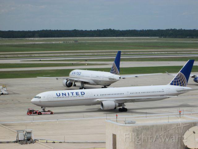BOEING 767-400 (N76054)