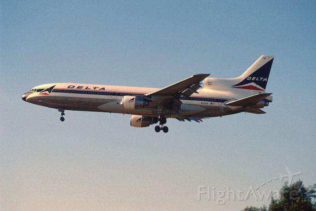 Lockheed L-1011 TriStar (N1732D) - Final Approach to KLAX Intl Airport on 1989/08/31