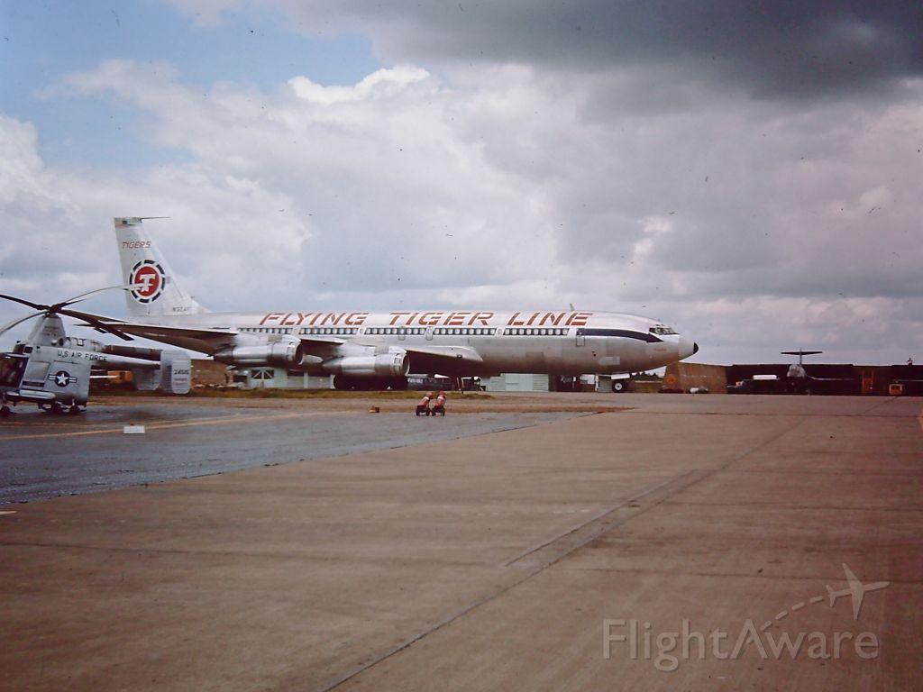 Boeing 707-100 — - TAN SON NHUT AIR BASE, SAIGON, VIETNAM 1966 Flying Tiger transport Boeing 707