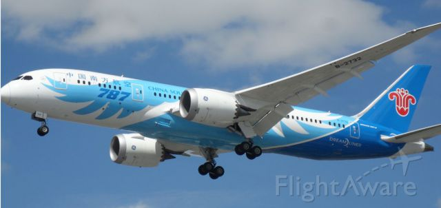 Boeing 787-8 (B-2732) - a very NEW one ....