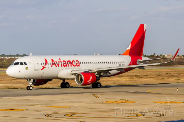 Airbus A320 (PR-OCY) - A320 da Avianca pouso em Petrolina-PE vindo de Salvador-BA e seguindo para Recife-PE no dia 21/10/2018.
