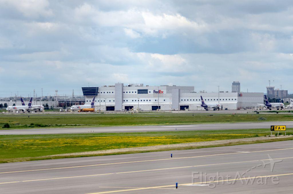 Boeing 757-200 (C-FMEK) - FedEx 757 x 5 weird in Toronto