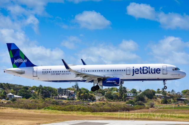 Airbus A321 (N942JB) - JetBlue 2661 landing from New York (JFK)