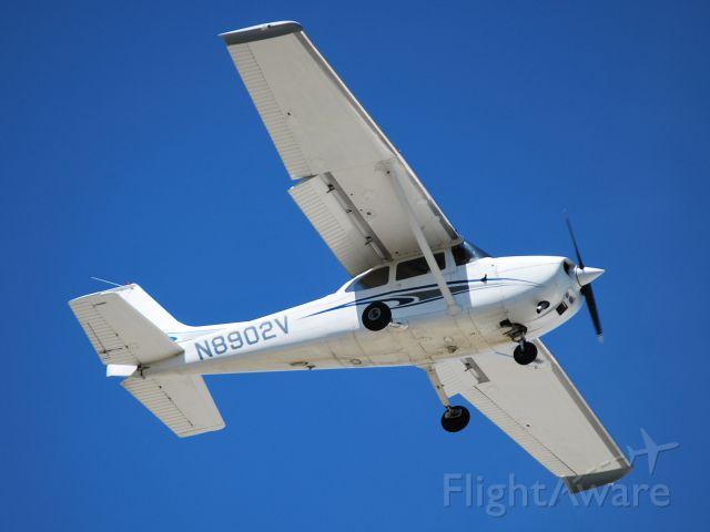 Cessna Skyhawk (N8902V) - CIRRUS HOLDINGS LLC on final for runway 2 at KJQF - 5/25/13