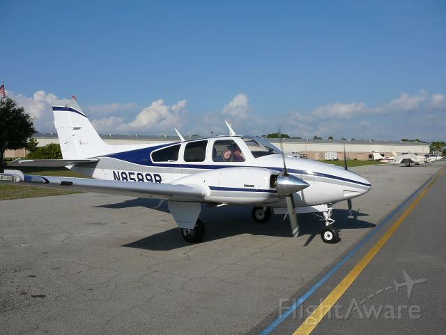 Beechcraft 55 Baron (N8589R)