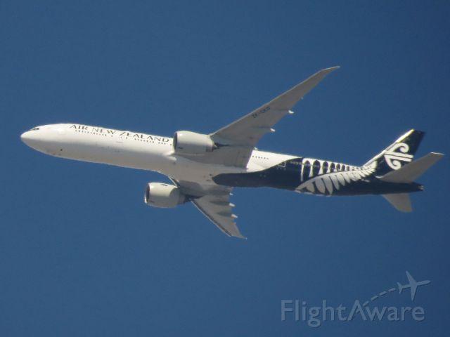 BOEING 777-300ER (ZK-OKO) - Landing in 4 minutes