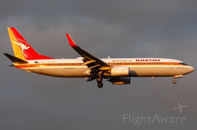 Boeing 737-800 (VH-XZP) - Retro Roo 'James Strong' about to land at Melbourne Airport. 04/04/2019