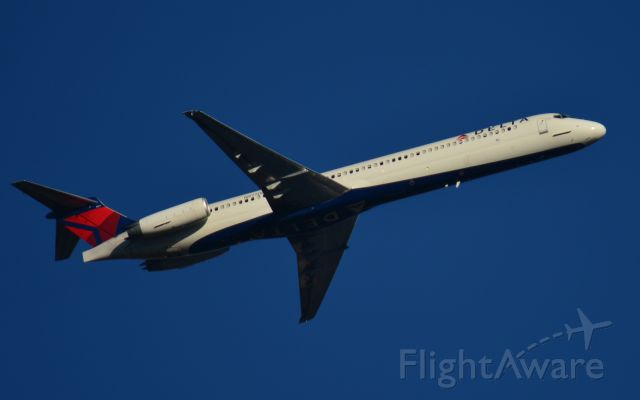 McDonnell Douglas MD-88 (N977DL) - Delta MD-88 climbing out of Nashville into beautiful blue skies. Destination is Atlanta. <br />Picture taken January 19, 2018.
