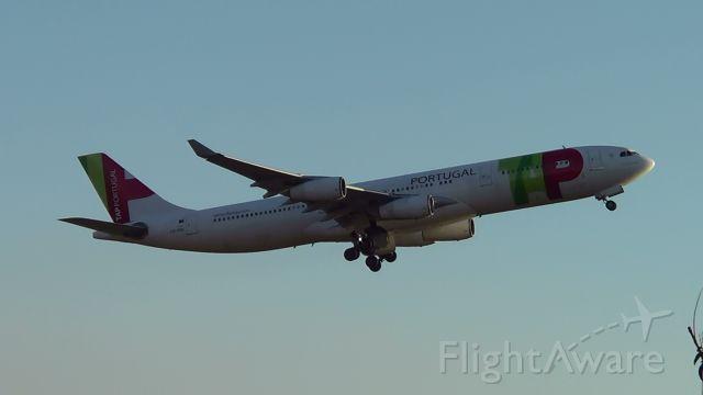 Airbus A340-300 (CS-TOC) - Aeronave decolando do Aeroporto de Confins , com destino a Lisboa Portugal.