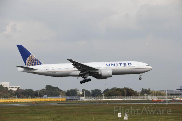 Boeing 777-200 (N78013) - Landing at NRT Airport Runway 16R on 2011/10/9