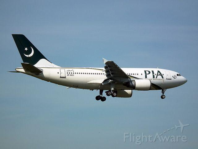 BOEING 737-300 (AP-BEC)