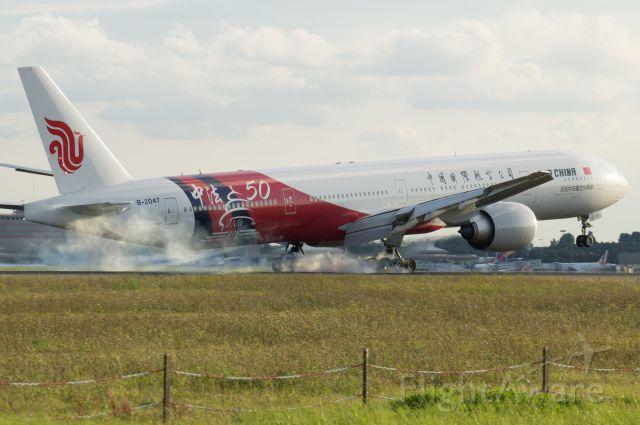 Boeing 777-200 (B-2047) - Nice Touchdown at Paris-CDG