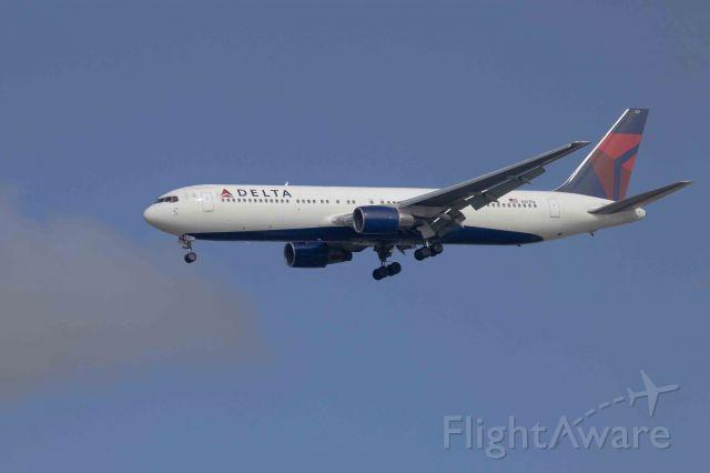 Boeing 757-200 (N127DL) - LAX