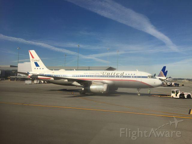 "Airbus A320 (N475UA) - The retro ""Friend Ship"" livery on a ""throwback Thursday"""