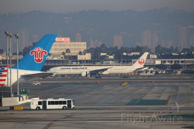 BOEING 777-300ER (JA743J)