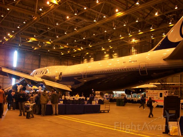 Boeing 747-400 (N171UA) - Little tribute to the UA 747. Taken at United family day 2009.