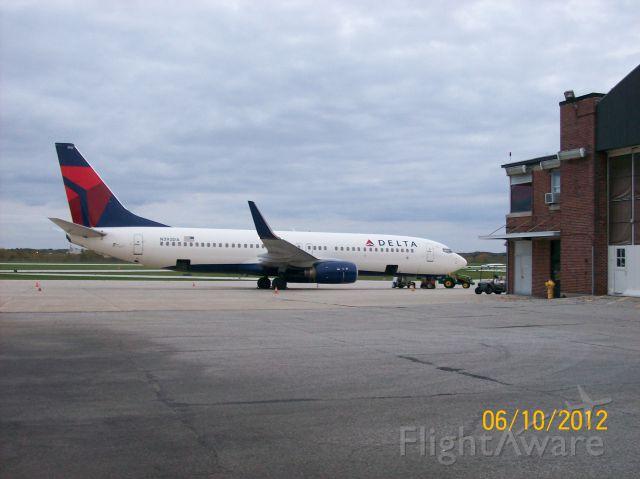 "Boeing 737-800 (N392DA) - waiting to take the University of Michigan football team home after playing Purdue University Saturday 6 Oct 2012   <a rel=""nofollow"" href=""http://flightaware.com/live/flight/DAL8914/history/20121006/2140Z/KCVG/KLAF"">http://flightaware.com/live/flight/DAL8914/history/20121006/2140Z/KCVG/KLAF</a>"
