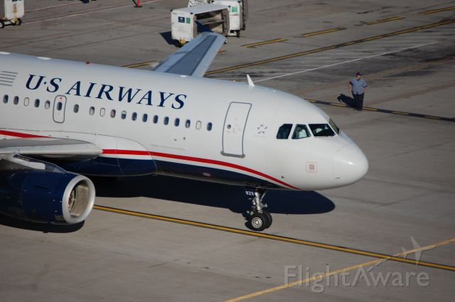 Airbus A319 (N823AW) - A US Airways A319 pulling into its gate in Phoenix