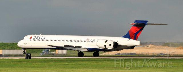 McDonnell Douglas MD-90 (N944DN)