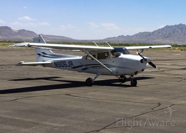 Cessna Skyhawk (N906JR) - Parked at KDMN