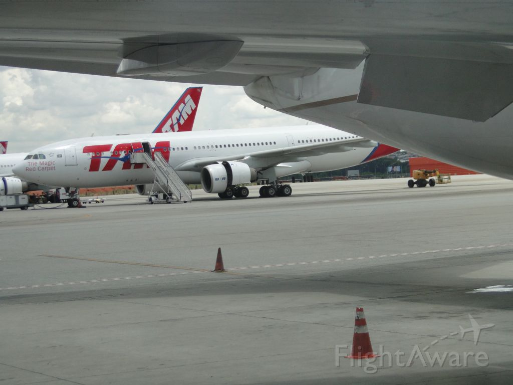 — — - TAM A330 seen under United 767.