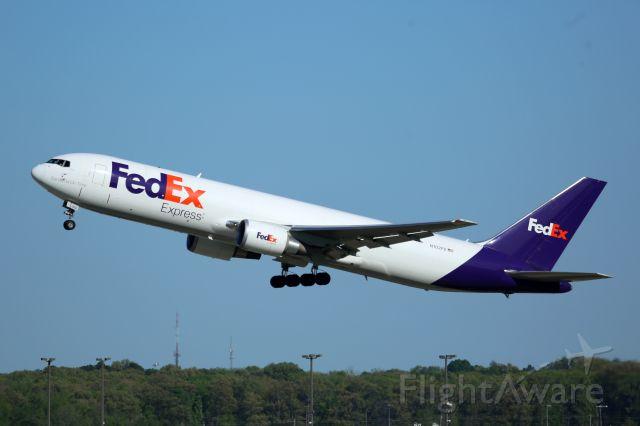 BOEING 767-300 (N102FE)