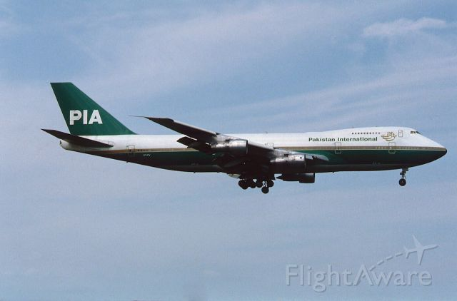 Boeing 747-200 (AP-AYW) - Final Approach to Narita Intl Airport Rwy16 on 1986/08/16