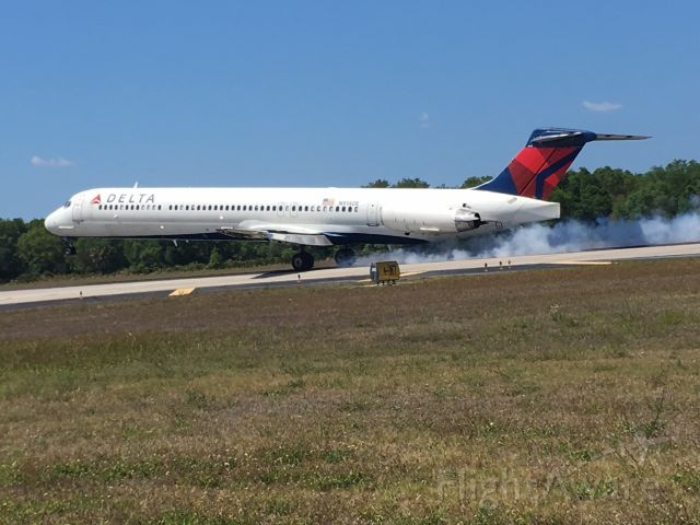McDonnell Douglas MD-88 (N914DE) - Smoking the tires.