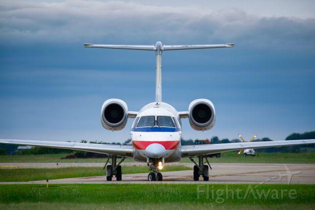 Embraer ERJ-135 (N827AE)