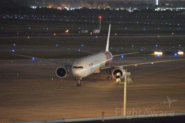 BOEING 777-300 (B-2035)
