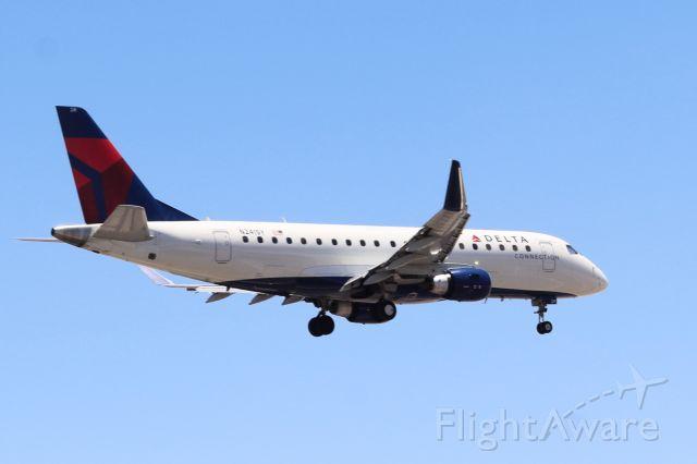 Embraer 170/175 (N241SY)